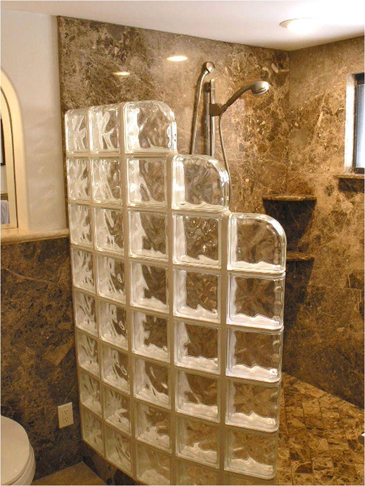 Разграничиваем пространство, не уменьшая его: стеклянные перегородки для душа как элемент дизайна