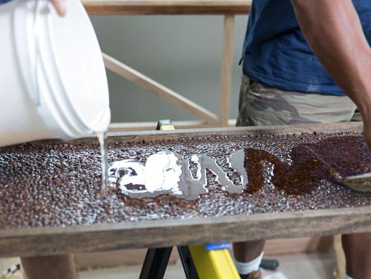 Заливку смолы производим в хорошо проветриваемом помещении или под вытяжкой