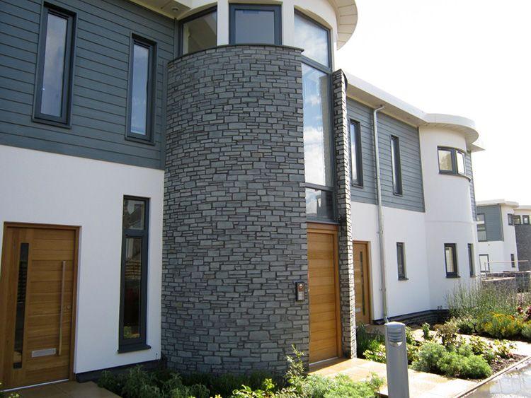 С помощью аквапанелей можно оформлять даже самые сложные элементы фасада, имеющие цилиндрическую или волнообразную форму