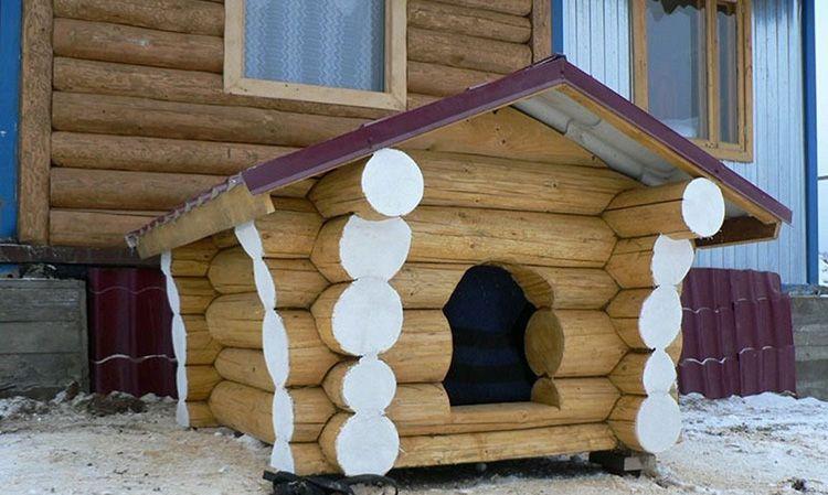 Тут можно использовать натуральную древесину – будка из оцилиндрованных брёвен или бруса гармонично впишется в участок с аналогичными постройками