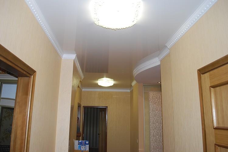 Ровный гладкий глянцевый потолок, отражающий свет от многочисленных светильников, будет самым верным решением