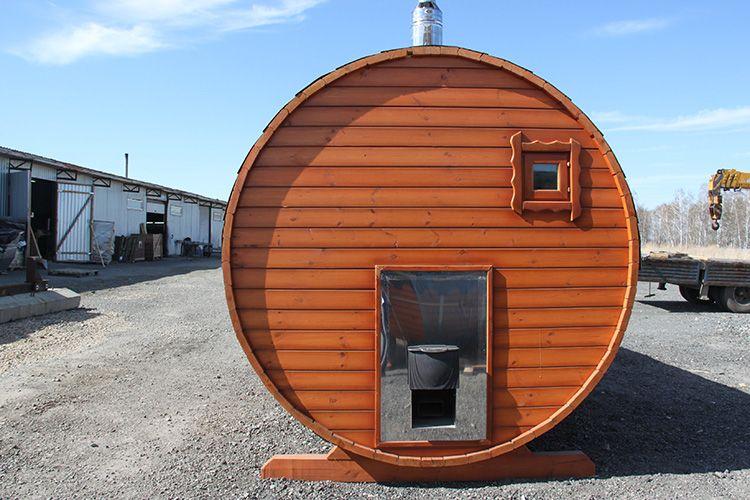 Русская банная печь должна давать влажный пар, и чаще всего топку располагают снаружи бани