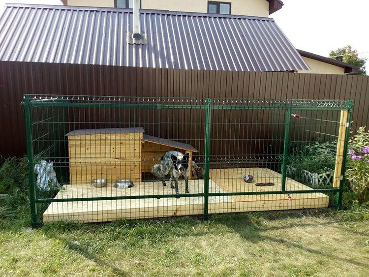 Если будка расположена в вольере – она должна быть ориентирована так, чтобы в холодную погоду собака могла наблюдать за двором, не вылезая из тёплой конуры