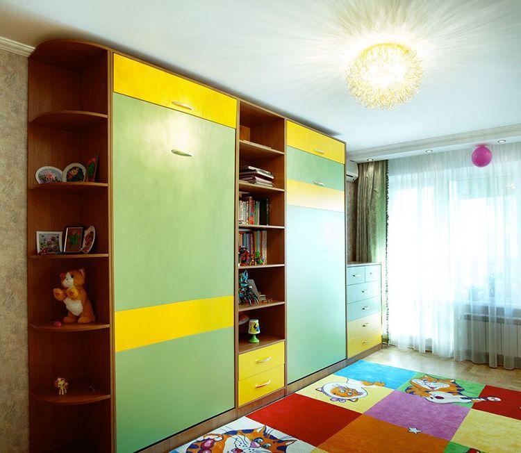 Шкаф со встроенными детскими кроватями позволяет обеспечить много свободного пространства для игр