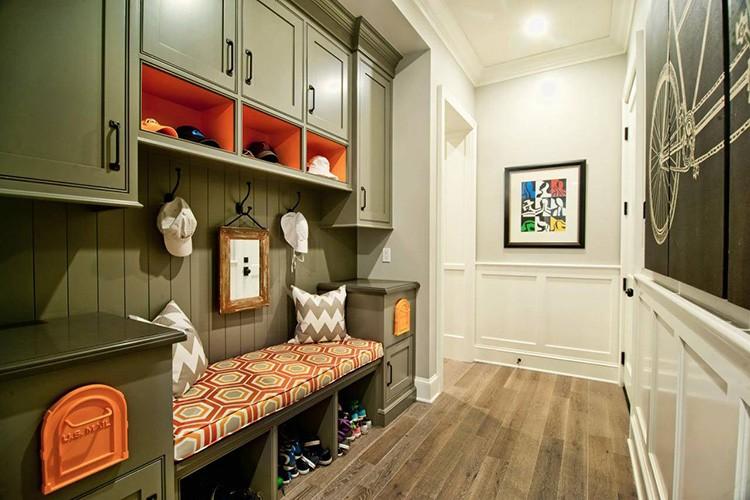 Самый простой и логичный вариант – расставить все предметы мебели вдоль одной стенки