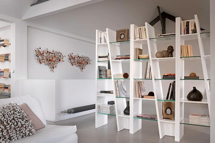 Визуально открытые стеллажи не утяжеляют интерьер в отличие от громоздких шкафов