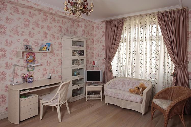 Цветочные мотивы подойдут для оформления помещения в стилях прованс и шебби-шик.