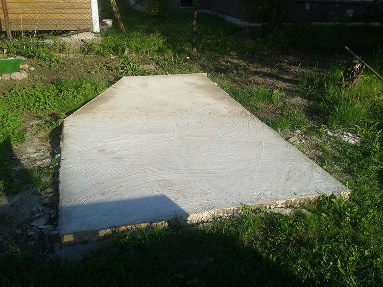 В принципе, будка – это небольшая конструкция, и гораздо проще залить сплошную плиту, чем мастерить ленту