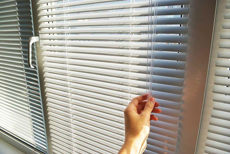 Металлические горизонтальные жалюзи на окна просты в управлении