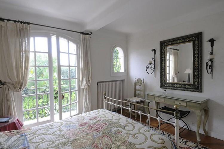 Белые шторы в спальне во французском стиле