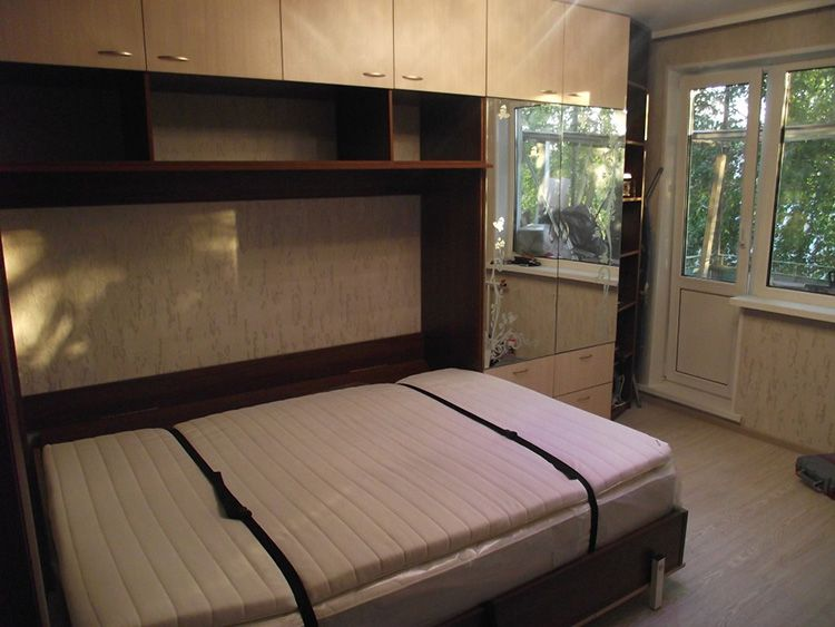 Встроенная в шкаф двуспальная кровать с горизонтальным откидыванием