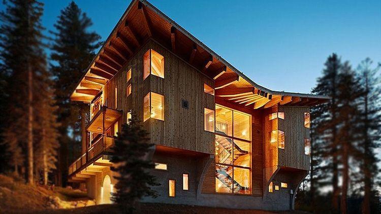 Древесина – очень податливый и удобный для строительства материал. Из неё можно строить здания сложной архитектурной формы