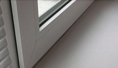 Защита от солнечного света и нескромных взглядов: выбираем горизонтальные жалюзи на окна