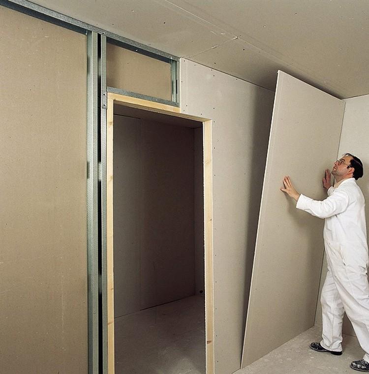 Всего-то и надо, что прикрутить к стенам обрешётку и на неё посадить идеально ровные плиты