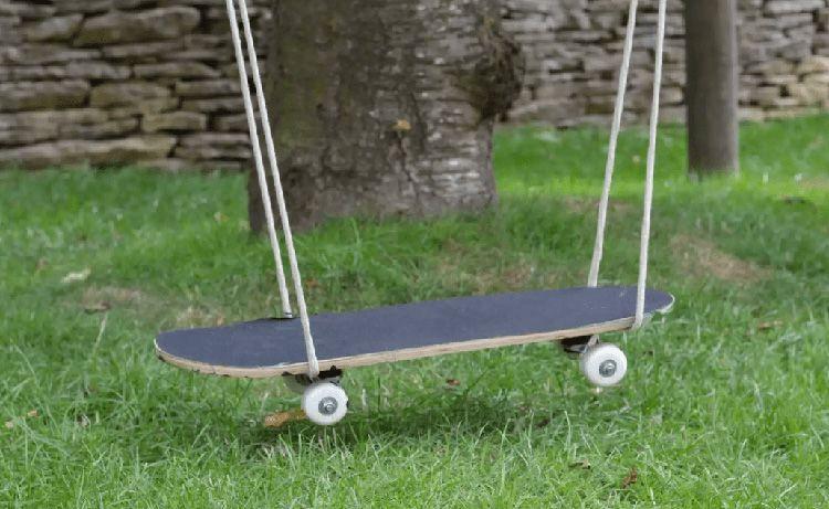 Качели можно сделать даже из каната и обычного скейтборда