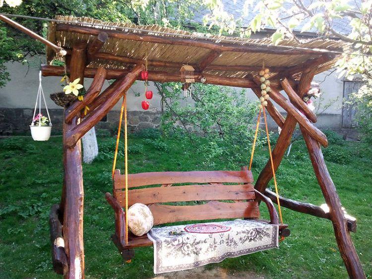 Садовые качели из некондиционных бревен