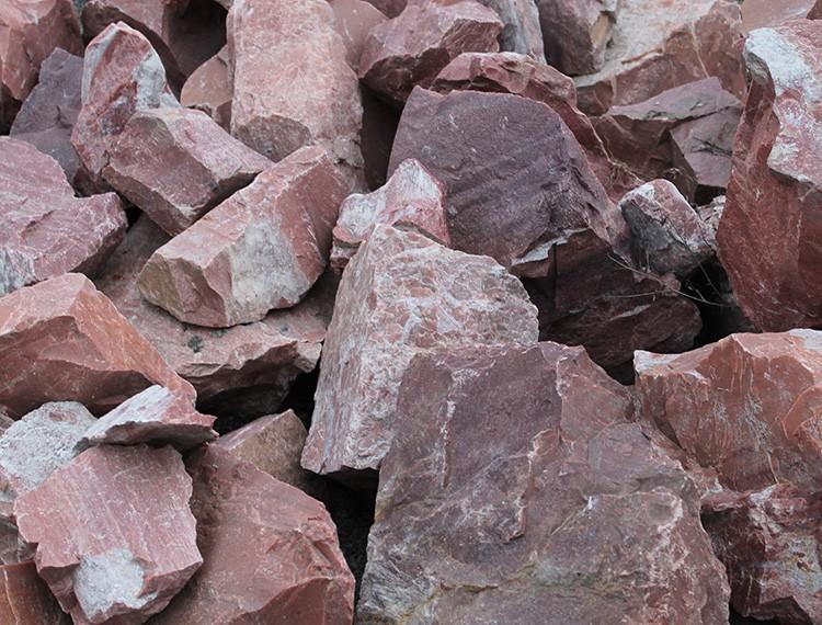 Бутовый камень уменьшит количество раствора для заливки и станет прочным наполнителем