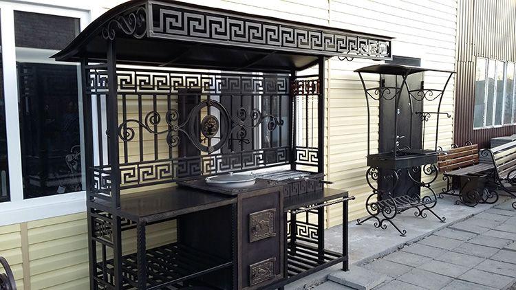К примеру, столешница может быть не одна, а несколько, дополнительно можно предусмотреть место для хранения шампуров и решёток, приспособить русскую печь, тандыр и казан