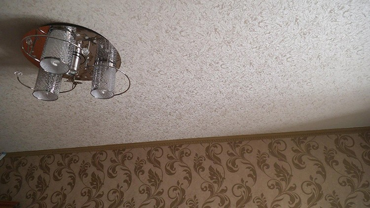 Оклееный потолок будет выглядеть ровным и чистым