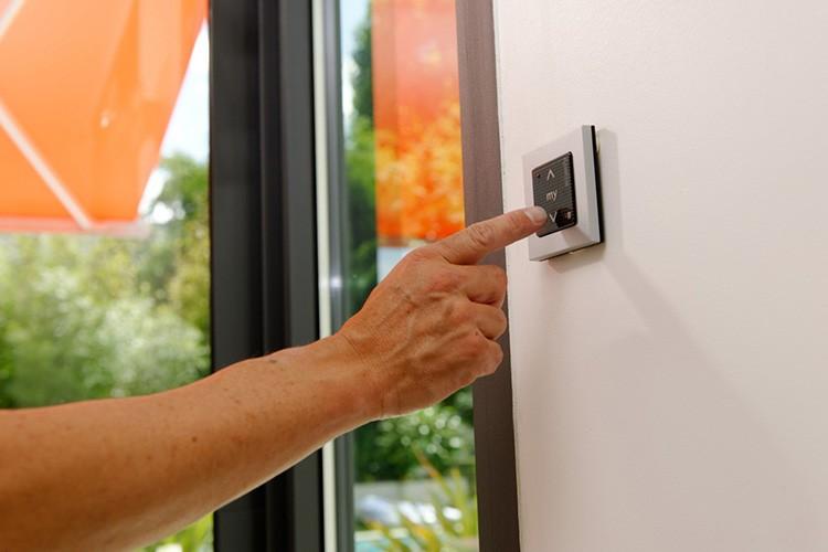 Управление окном может находиться на стене, раме или осуществляться с пульта дистанционного управления