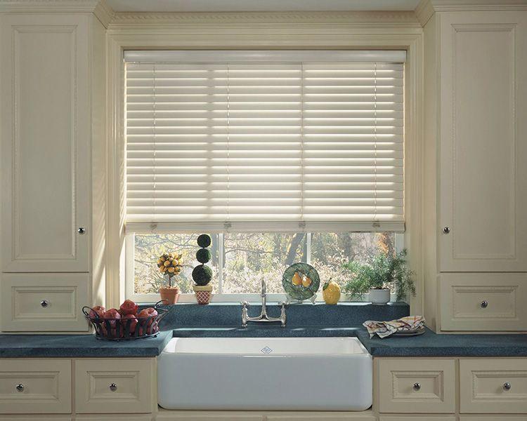 Фото горизонтальных пластиковых жалюзи на окна в ванной комнате