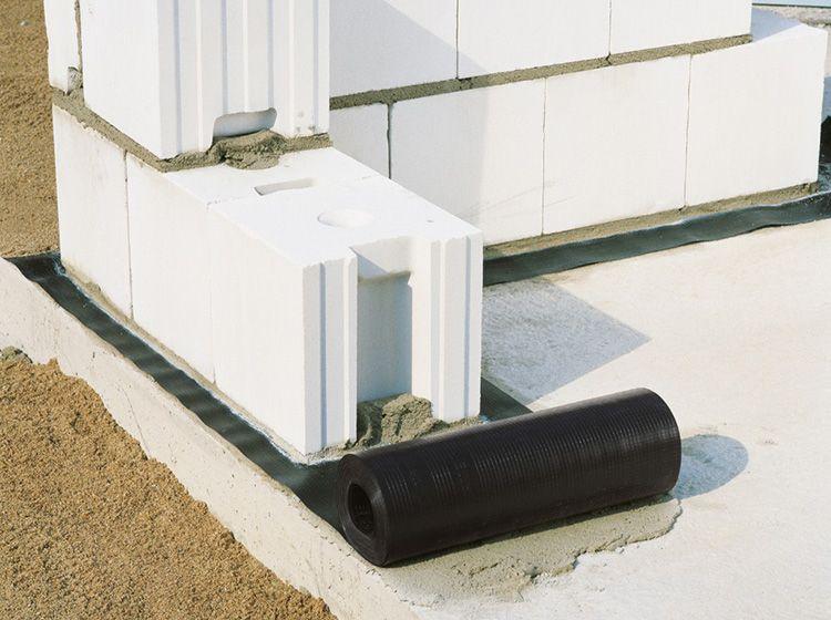 Гидроизоляционные работы следует выполнять на этапе строительства дома