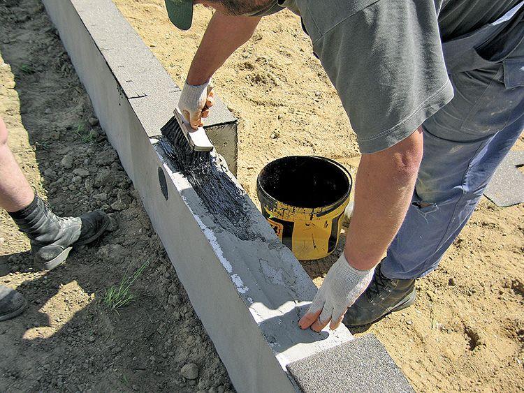 Для надёжной фиксации используется специальная мастика и цементный раствор