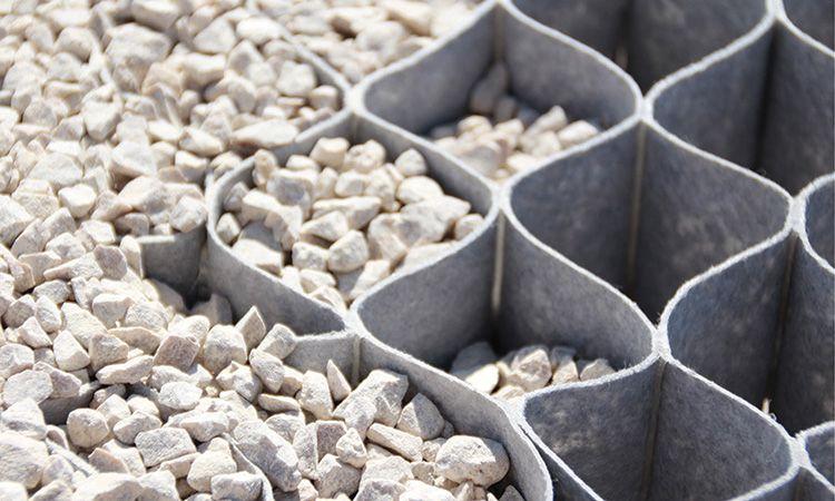 Если вы не планируете сажать на склон растения, используйте геоткань и засыпьте соты гравием или галькой