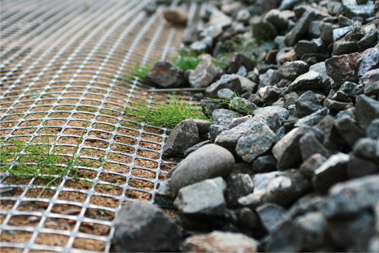 На сетку можно выложить камни