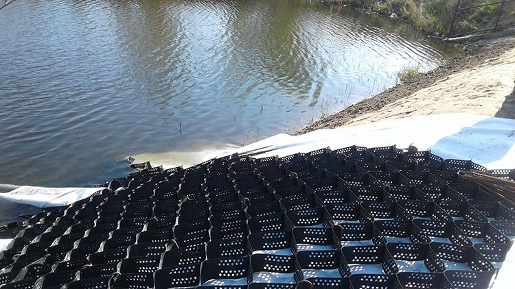 В идеале, укреплять берег садового пруда лучше спустив воду. Так вы сможете без проблем зафиксировать решётку и убедиться в полном заполнении сот решётки