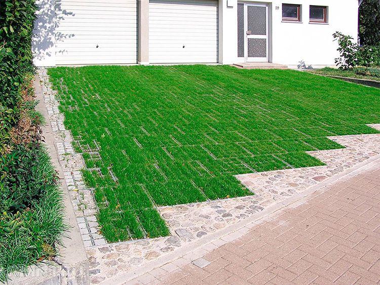 Отличная идея для загородного дома – сделать экопарковку, то есть газон на месте въезда машины