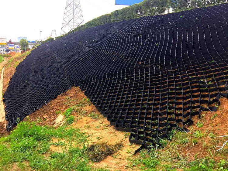 Пригодится такая конструкция и для укрепления берегов водоёмов, так как она не нарушает естественного влагообмена