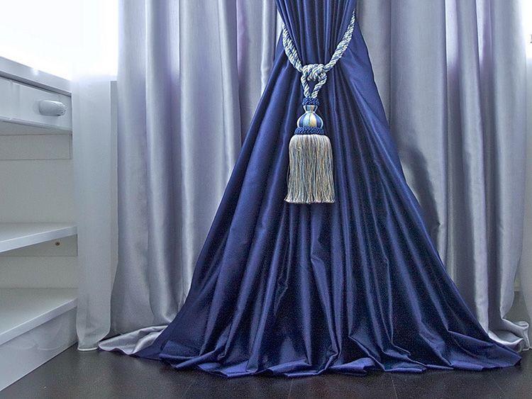 Классический вариант – кисти. Витая верёвка с объёмной кистью идеально смотрится на бархате и других дорогих тканях