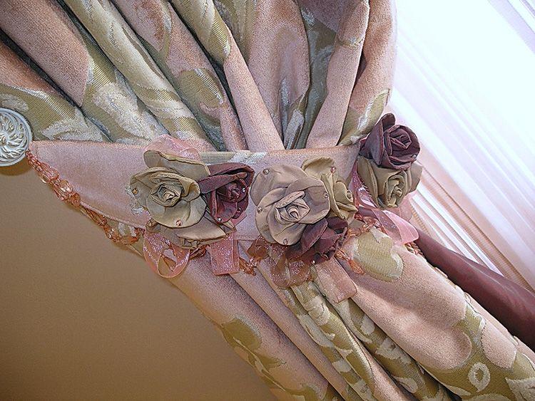 Простые текстильные подхваты на пуговках или петлях – один из самых популярных вариантов. Они могут быть строгими, в тон гардин или контрастными с различными украшениями