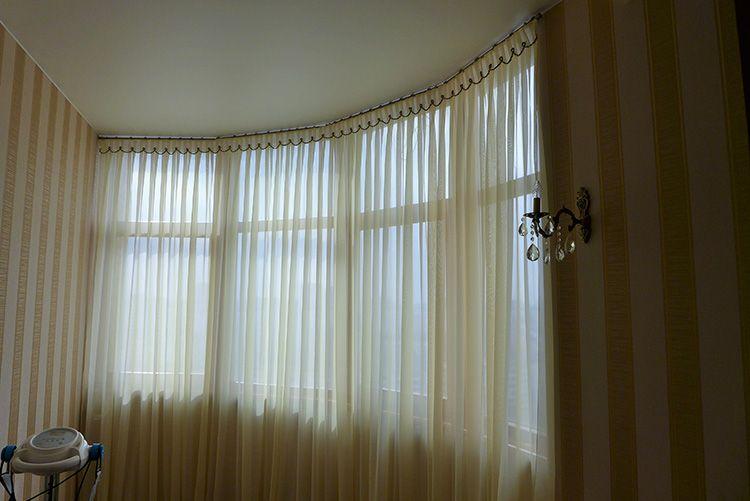 Так часто вешают шторы на балконах и лоджиях, где нет возможности закрепить штангу или багет на пластиковую раму