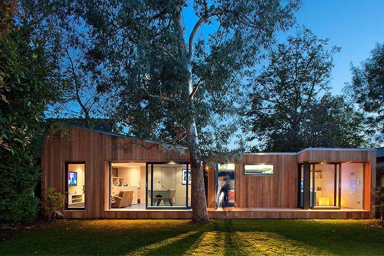 Но если у вас есть такая потребность, простую грубоватую конструкцию можно украсить оригинальной пристройкой и декоративной отделкой фасада