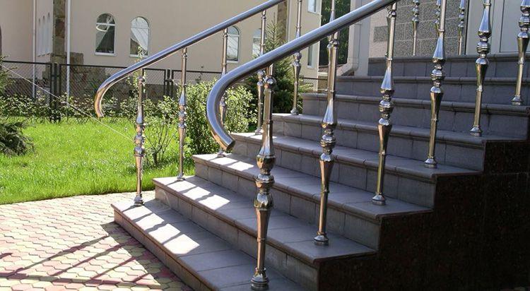 Перила из нержавейки – стильная деталь фасада дома