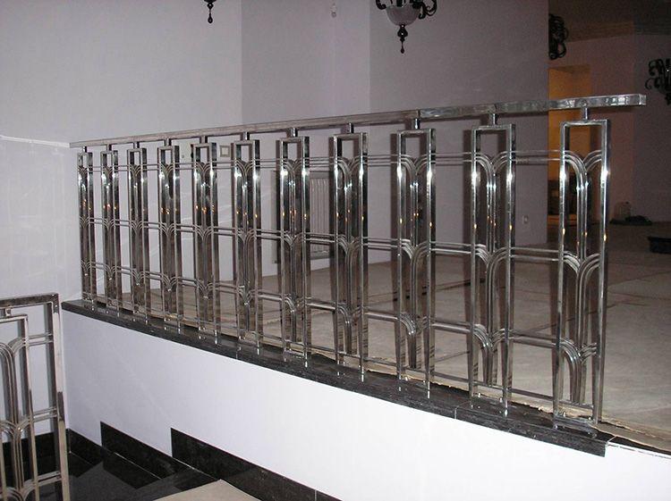 Самыми дорогими считаются конструкции с декоративными элементами – они обойдутся примерно в 4600-5000 рублей за метр, заказать такие перила из нержавеющей стали можно в специальных мастерских