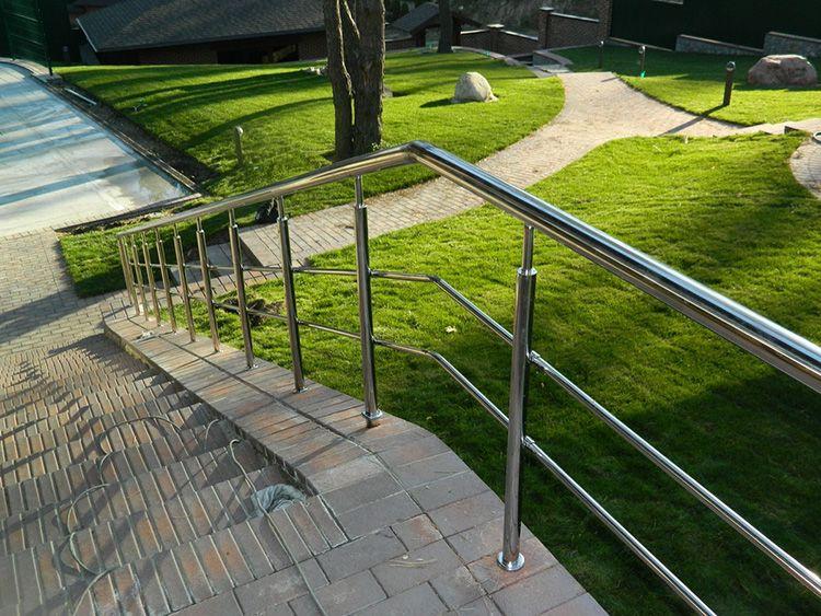 Такие перила можно встретить в ландшафтном дизайне, обрамлении террас и балконов