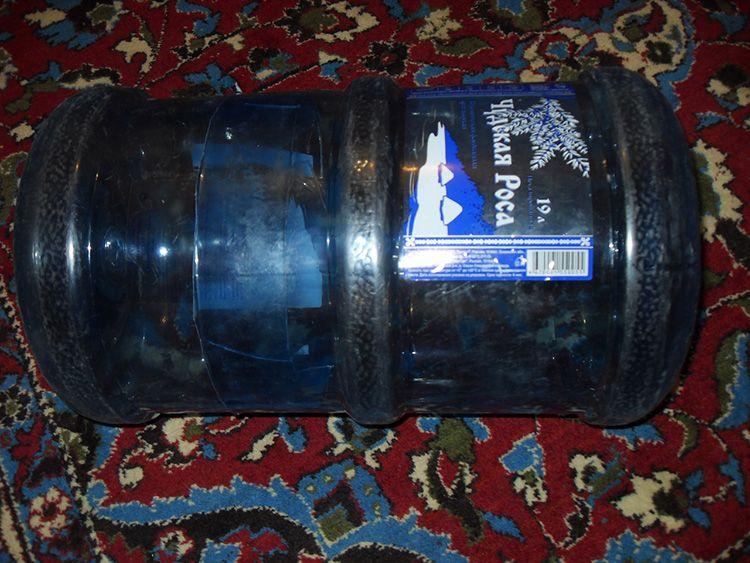 Секрет в том, что бутылка вставляется одна в другую, для этого, одну ёмкость необходимо распилить поперёк.