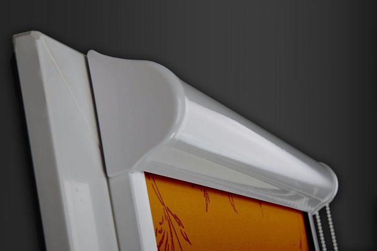 Скрученное полотно располагается внутри специального короба