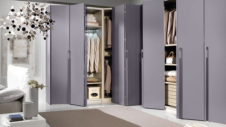 Помните, что дверцы шкафов и полок нужно открывать. Это тоже следует учитывать при размещении секций