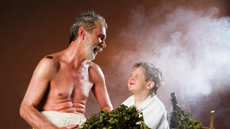 Русская баня отличается жаром и паром. В такой атмосфере не должно быть ничего лишнего