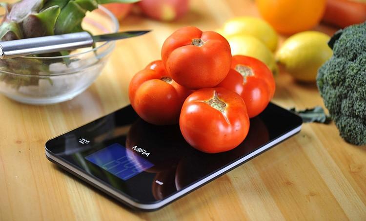 Трудно представить себе современную кухню без электронных весов, особенно если её хозяйка следит за правильным питанием
