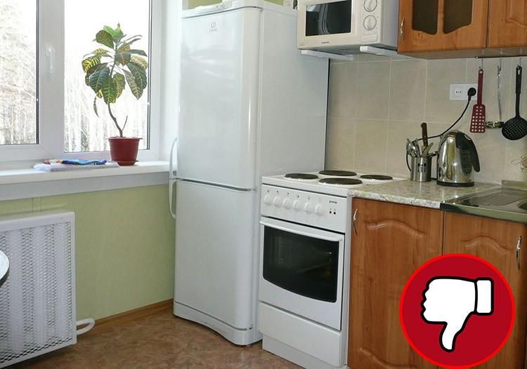 Чтобы холодильник прослужил долго, он не должен стоять вплотную к плите. Между ними следует соблюдать расстояние хотя бы в 20 см