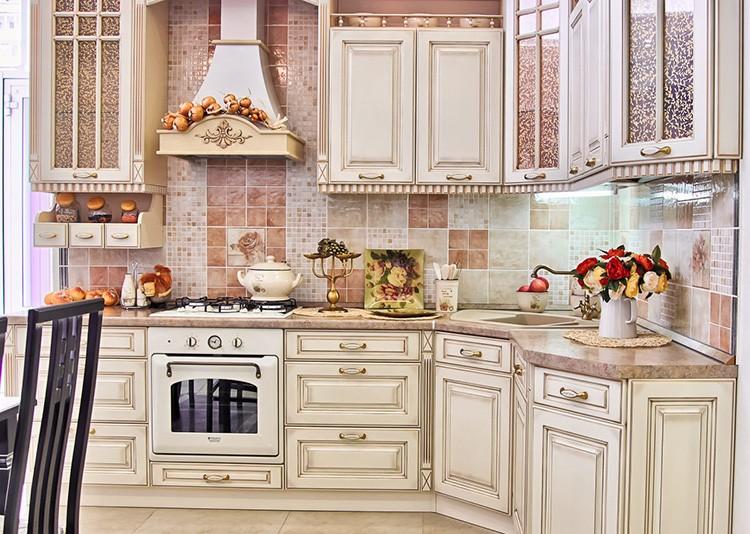 Кухня в классическом стиле с высокими навесными шкафами всегда будет актуальна