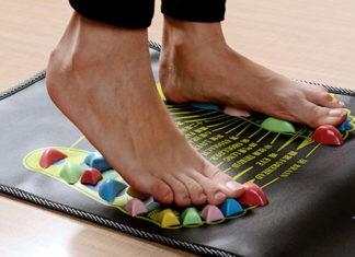 Чем полезен массажный коврик для ног: основные виды и порядок использования
