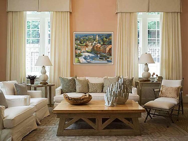 Гостиная с персиковыми стенами, бежевыми занавесками и мягкой мебелью выглядит очень уютно