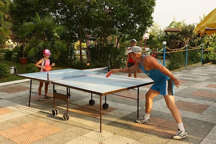 Взрослые с удовольствием присоединятся к детям для турнира по настольному теннису или игры в бадминтон