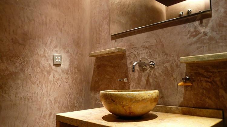 Повысить влагоустойчивость оштукатуренных поверхностей можно с помощью воска или лака